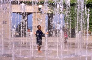 Hyde Park neighborhood in Chicago, child in fountain